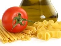 préparation huile d'olive avec pâtes et tomates
