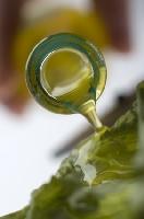 huile d'olive sur la salade