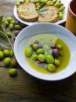 Olive dans de l'huile d'olive dans une assiette